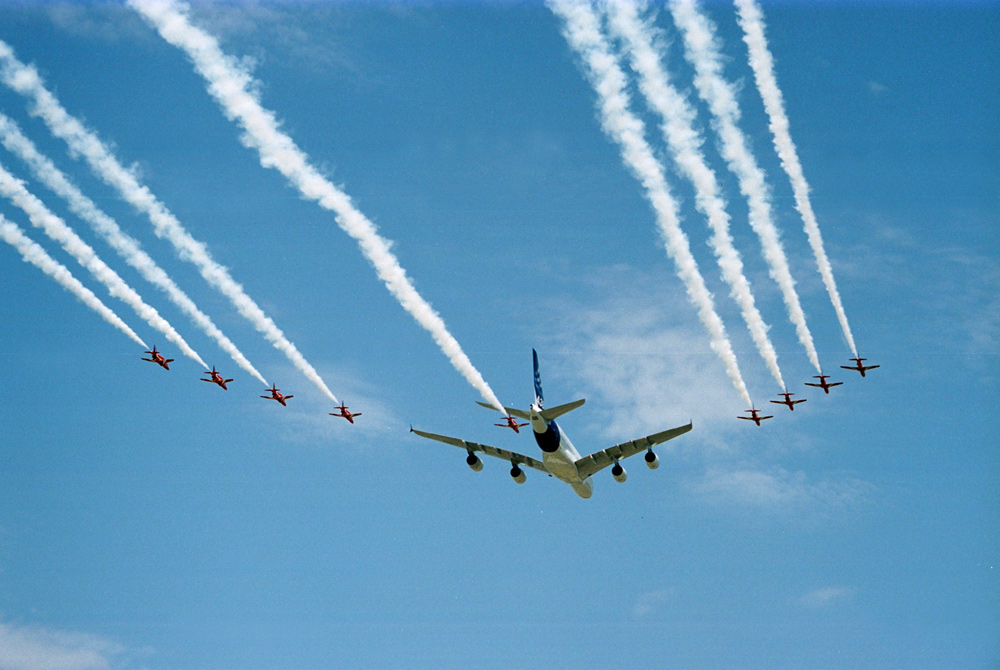 Airbus_A380_and_Red_Arrows